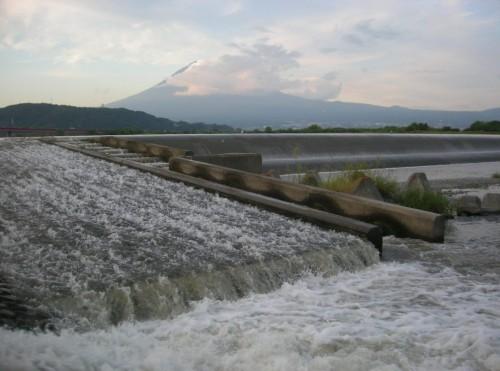 富士山と富士川、手前は鮎の魚道です。