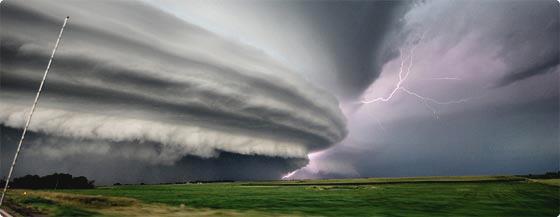 地上を飲み込む巨大雲