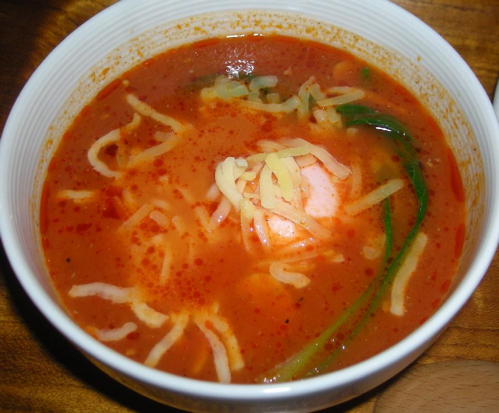 こちらはスープ。鶏がらとトマトのマッチングが絶妙!チーズがイタリア風味を後押ししています。